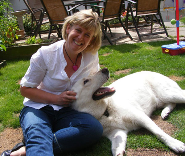 ice the white gsd in the garden with mum